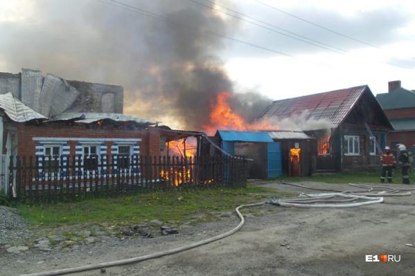 Пламя быстро перешло с загоревшегося дома на соседние постройки