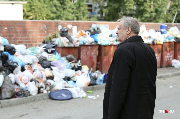 Министр экологии региона Сергей Лихачёв сегодня прошёлся по нескольким дворам