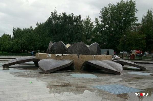 Администрация приняла у подрядчика ремонт фонтана, сломанного в первый день работы<br>