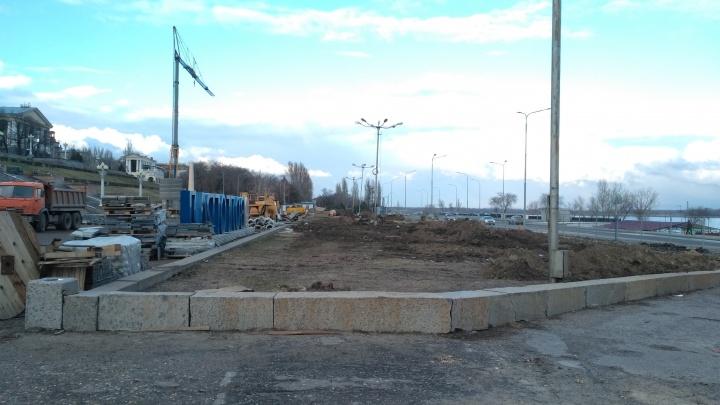 «Выкопали абсолютно все»: Центральная набережная Волгограда окончательно простилась с аллеей елок