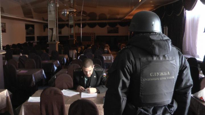 Приставы опечатали безымянное придорожное кафе на Эльмаше
