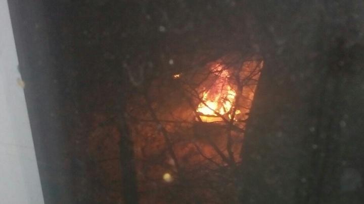 «Взорвались покрышки, машина полыхала»: отец с дочерью успели выскочить из задымившегося автомобиля