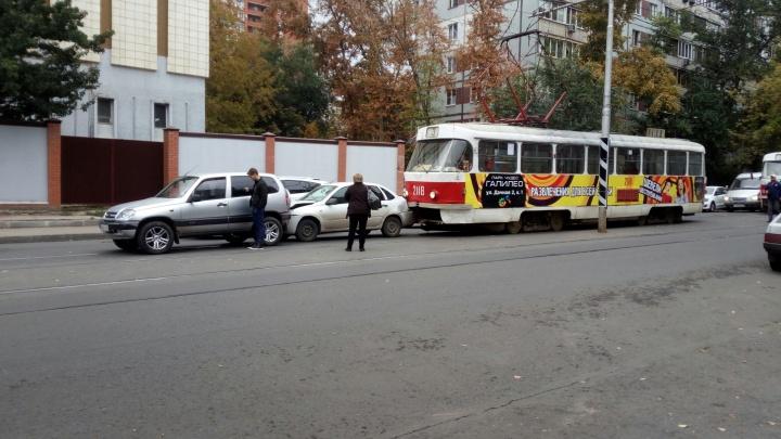«Паровозик» с трамваем: на Клинической состав столкнулся с двумя машинами