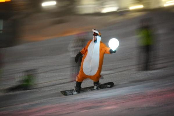 Сибиряки съезжали с горы со специальными фонариками