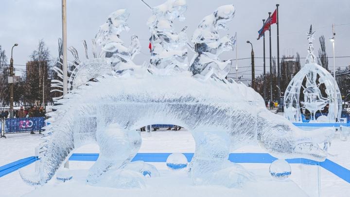 Шаманский бубен и гигантский ящер. Фоторепортаж с выставки ледяной скульптуры возле Театра-Театра