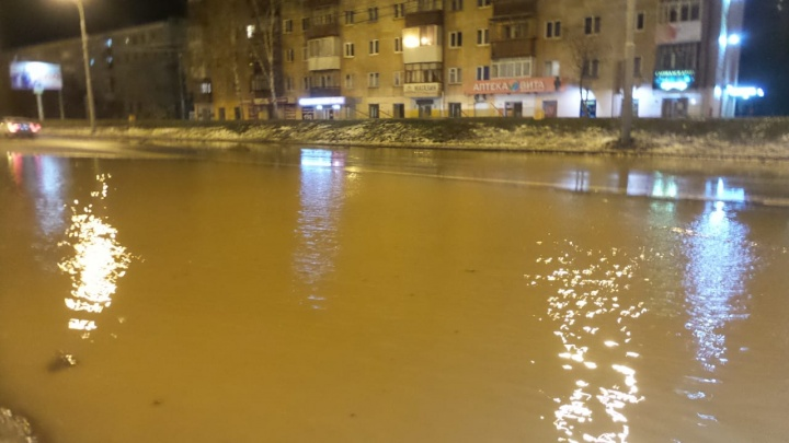 Из-за прорыва трубы по проспекту Космонавтов растеклась река