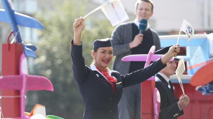 «Настроение — супер!»: челябинцев поздравили с Днём города стюардессы, комсомольцы и трактористы