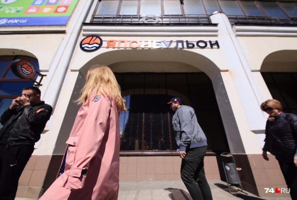 На здании на улице Цвиллинга, 15 только успевают менять вывески