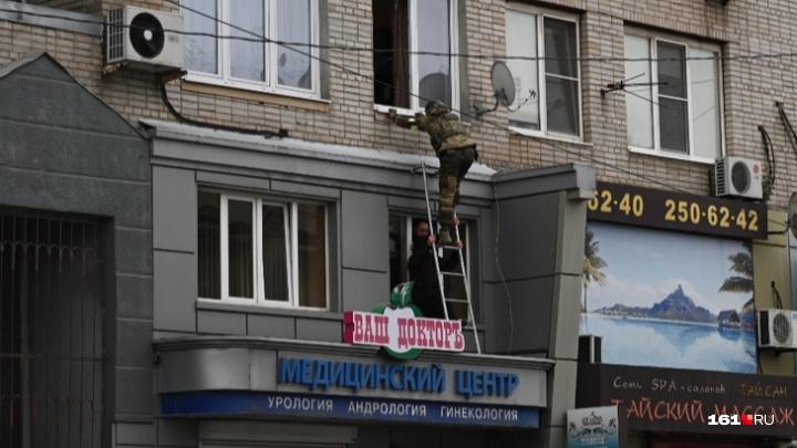 Baza: в Ростове сотрудник следкома, кроме жены, удерживал в заложниках еще двух человек