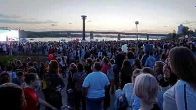 «Рассвет будет встречать нас»: смотрим, как выпускники прощаются со школой
