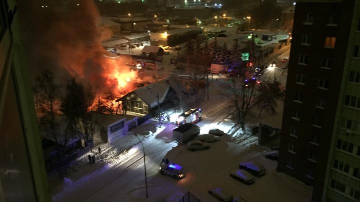 Из-за пожара пришлось обесточить часть района: в Пионерском сгорели баня, автомойка и шиномонтаж