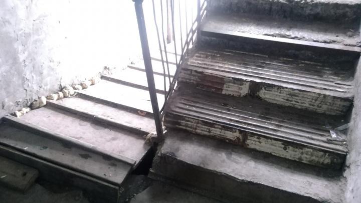 Хлопнул дверью — обвалилась штукатурка: фоторепортаж из дома, в котором нужно жить в каске