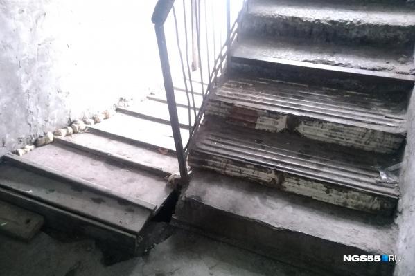 Лестница из старых батарей, прогибающаяся под ногами