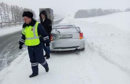 На Урале полицейские спасли водителя и пассажиров, которые замерзали на трассе в 30-градусный мороз