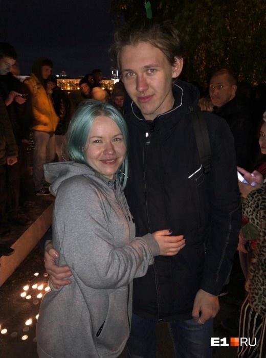 Наконец, вечером один из молодых екатеринбуржцев сделал в сквере предложение своей девушке. Она ответила согласием