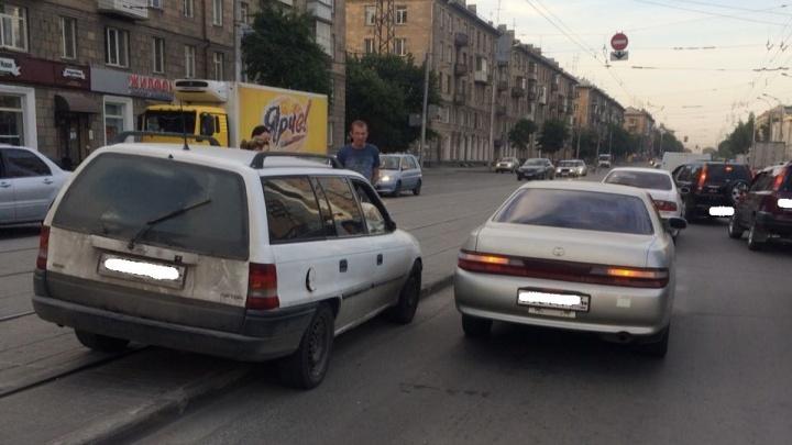 Две иномарки столкнулись на проспекте Дзержинского и заблокировали движение трамваев