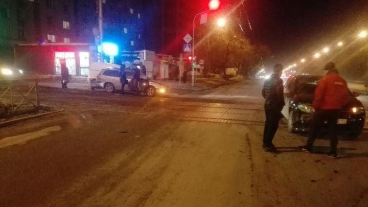 Водитель Renault Logan попал в ДТП и перекрыл движение трамваев
