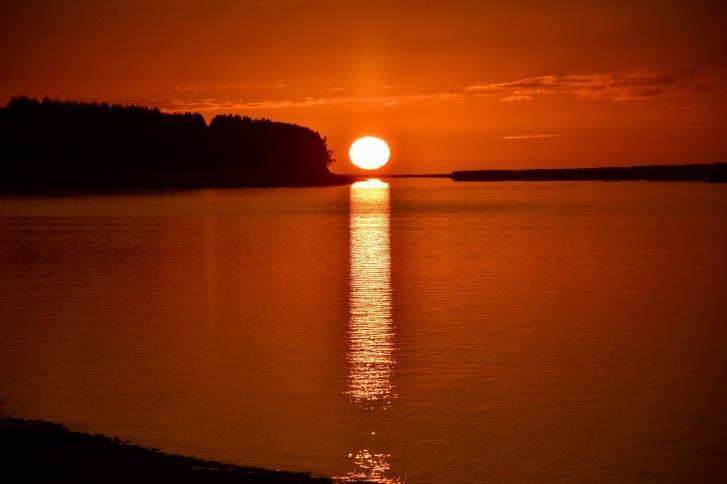 Шикарный летний закат на Мезени, после которого сразу встает солнце — белые ночи же