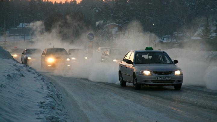 Дорожники спасли замерзающего водителя бензовоза на трассе в Новосибирской области