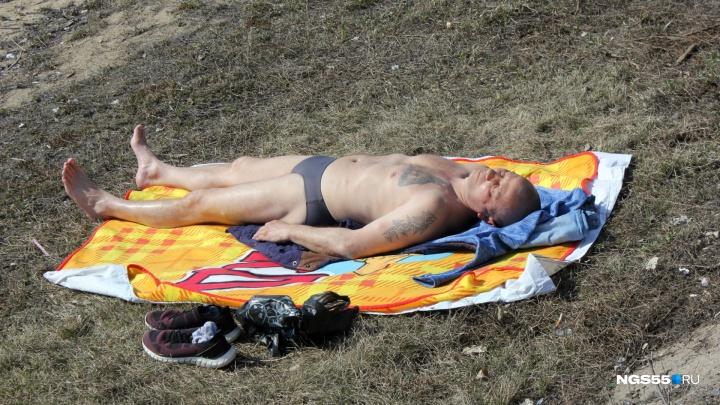 «Я был уверен, что полицейские подойдут»: первый омич решился позагорать на пляже
