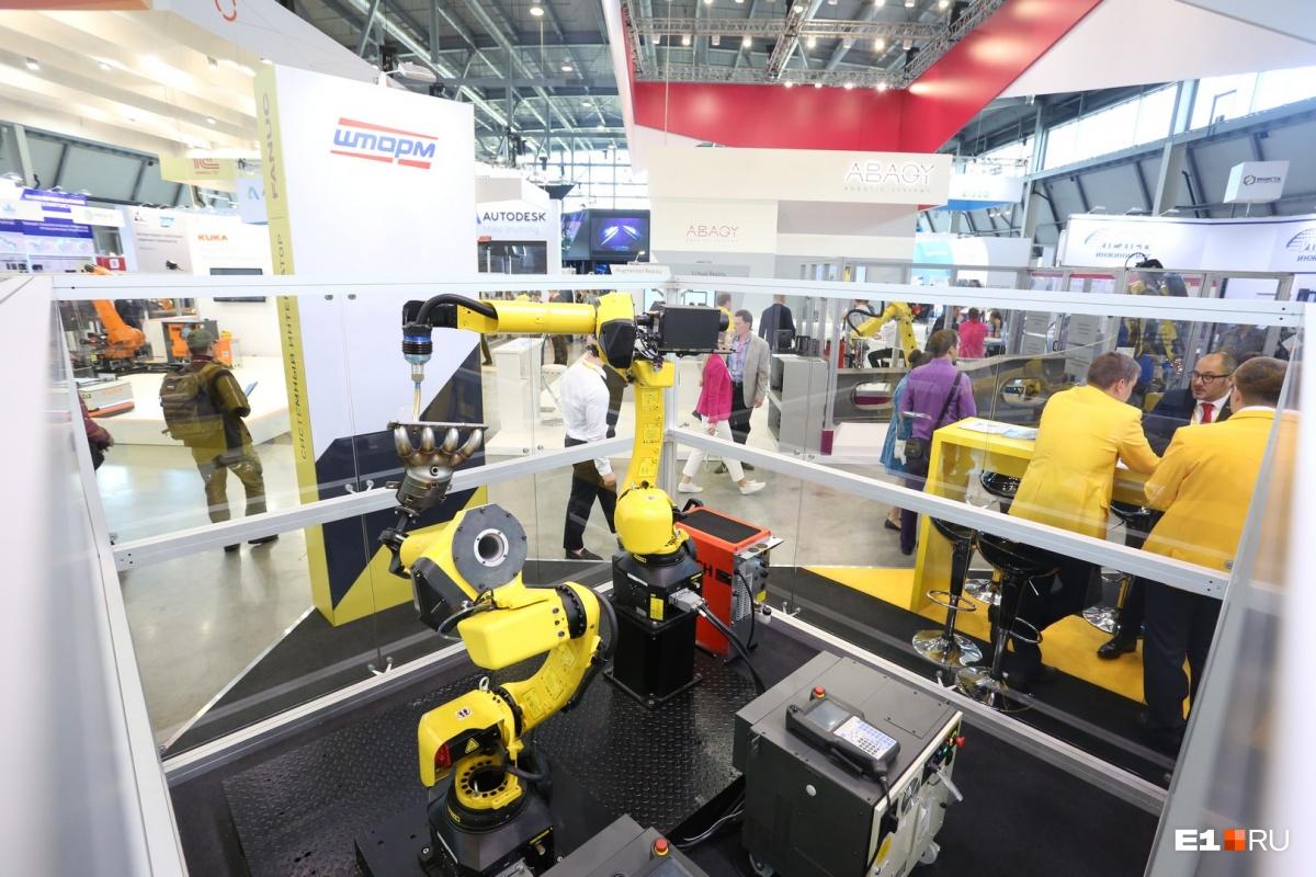 Школьников лучше сразу вести на стенд Fanuc, где представлены роботы для различных видов производства. Стенд разделен на несколько секторов, в каждом из них «живут» разные модели роботов. Наблюдать за ними можно через прозрачные перегородки — как в зоопарке