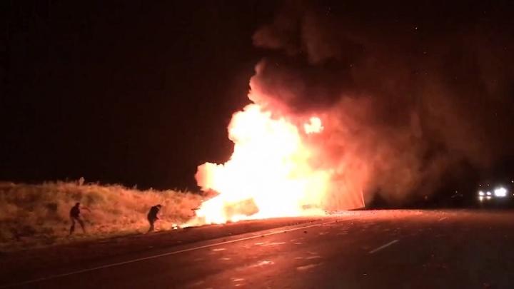 «Жуть какая!»: волгоградцы сняли на видео горящие вместе с людьми «Газель» и фуру