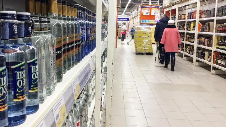Опохмелился: курганец хотел выпить алкоголь прямо в магазине — сотрудники вызвали полицию