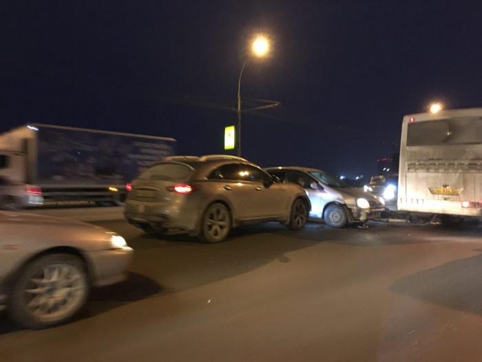 В ДТП попали несколько легковых машин и автобус