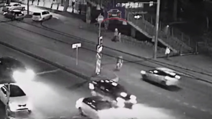 73-летний дедушка выбежал под колёса в паре метров от перехода на Свободном