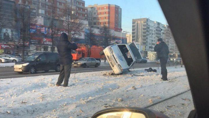 Машина охранников нелепо завалилась на газон после заноса у остановки