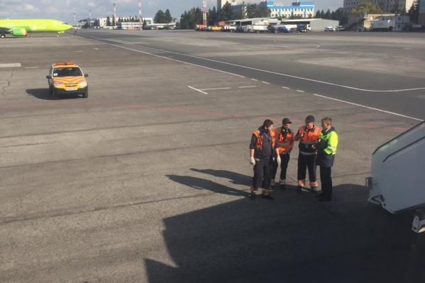 В самолёте сработала сигнализация — после прерванного взлёта его отбуксировали на стоянку