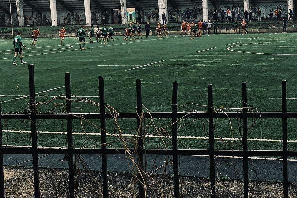 Футбольные ворота упали на маленького мальчика и сломали ему ногу