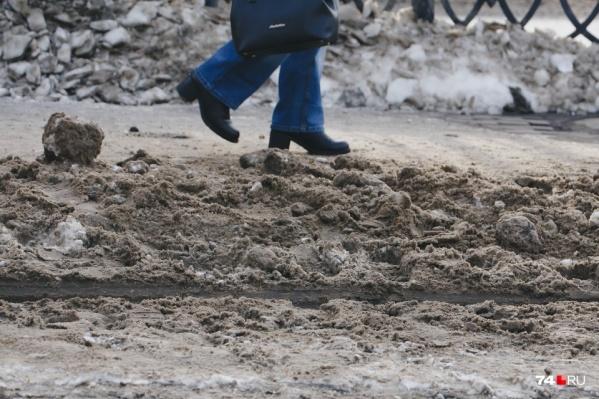Чиновники отчитались, что за неделю из города вывезли 280 тысяч тонн снега, но жалоб на неубранные улицы меньше не становится