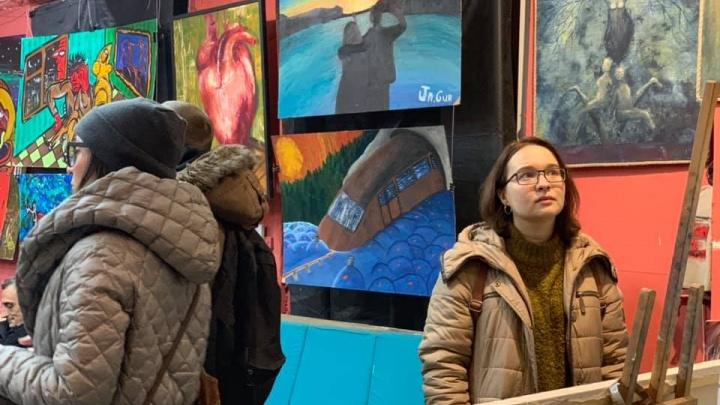 Омские художники открыли в Петербурге картинную галерею под названием «Жди мух»
