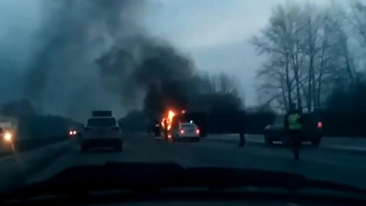 На тюменской трассе на ходу вспыхнул груженый зерном КАМАЗ