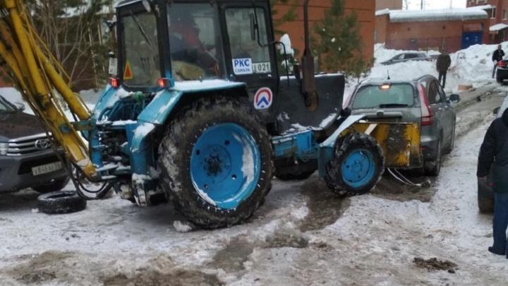 Потоп продолжается: рабочие пытаются прорваться к поврежденной трубе на Шестой просеке через лед