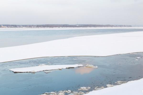 Спасатели предупреждают, что выход на лёд весной крайне опасен