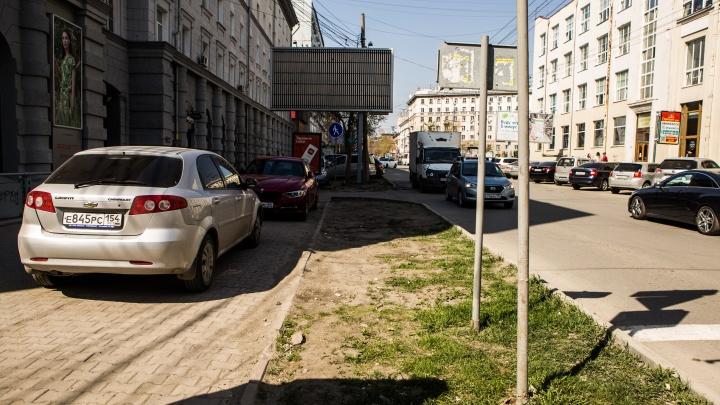 Водители в Новосибирске требуют уничтожить газоны — закатать траву в асфальт для парковок