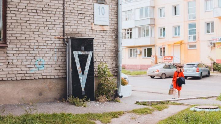Проживший неделю в маске художник красит в черный цвет уличные будки