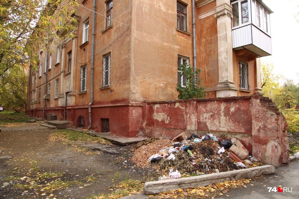 Липецкая, 16а. Контейнеры пустые, зато на въезде во двор куча мусора. И кого в этом винить?