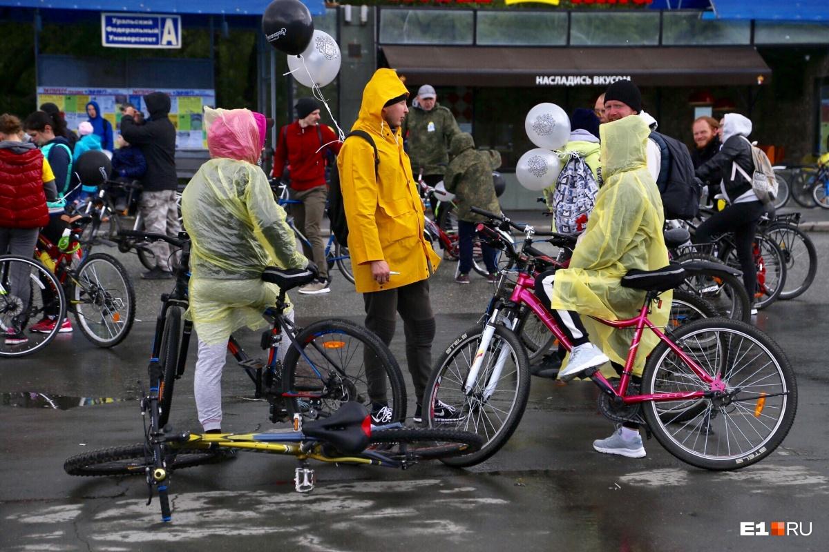 Участники спасались от непогоды с помощью дождевиков