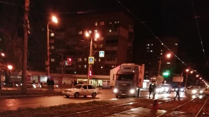 В Самаре водитель Daewoo Nexia сбил бабушку, которая перебегала дорогу на красный свет