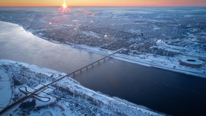 Белоснежный город и скованные льдом корабли: фотограф снял «уснувший» Волгоград с высоты