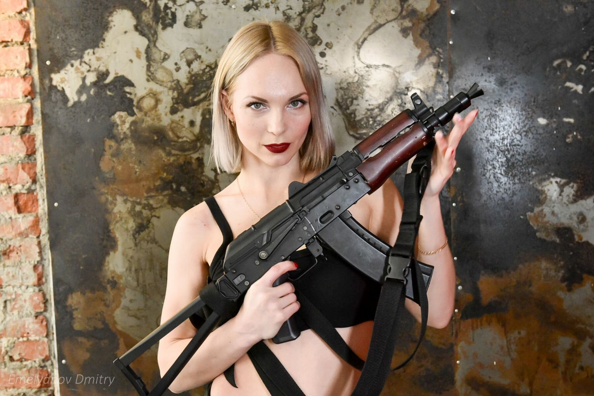 Красотки с оружием в руках: екатеринбурженки устроили праздничную фотосессию в стиле милитари