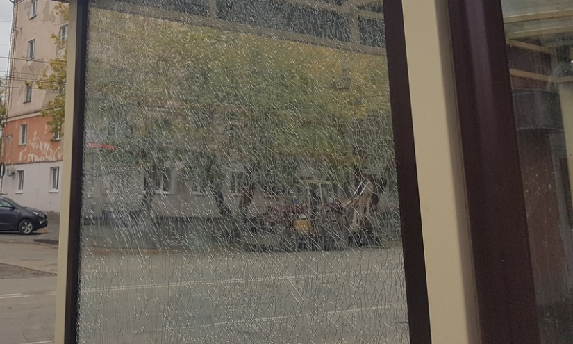 В Кургане задержали вандала, разбившего автобусную остановку