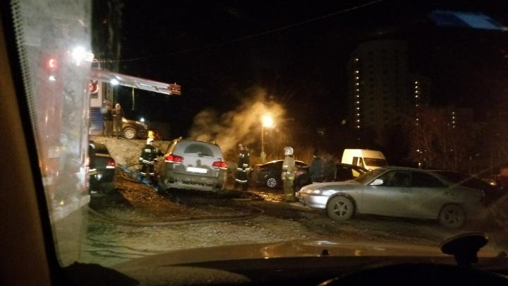 Ночью на Уктусе сгорела припаркованная на стоянке иномарка