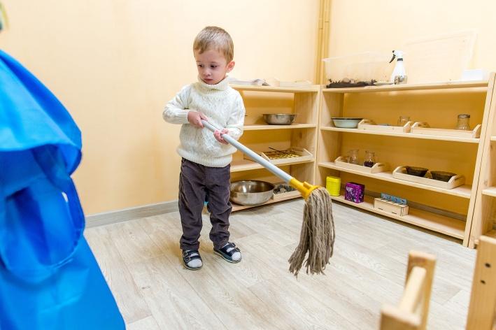 ...делать дома уборку...