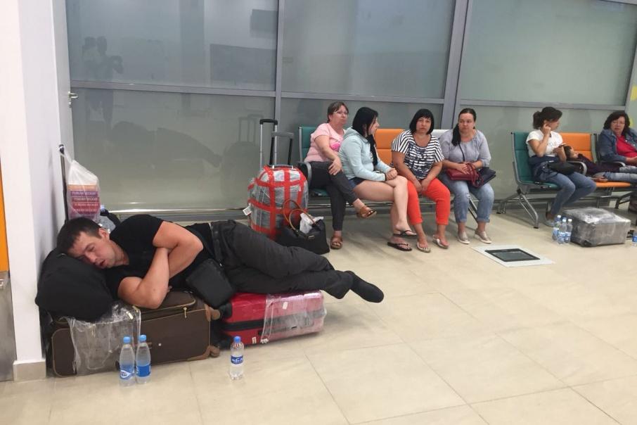 Пассажиры провели почти сутки в аэропорту в кошмарных условиях