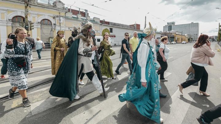 На Кировке вынырнули Водяной и другие чуды-юды: смотрим на реакцию челябинцев (она смешная)