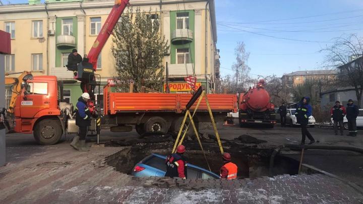 Припаркованный на тротуаре «Ниссан» провалился под землю из-за прорыва трубы